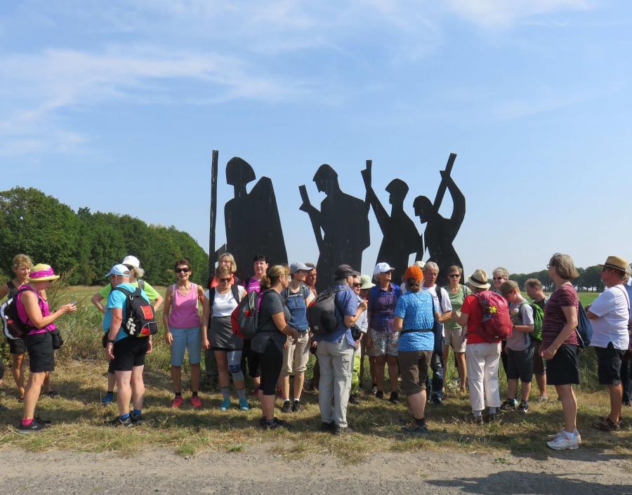 Gruppe vor Kunstwerk bei Löhme