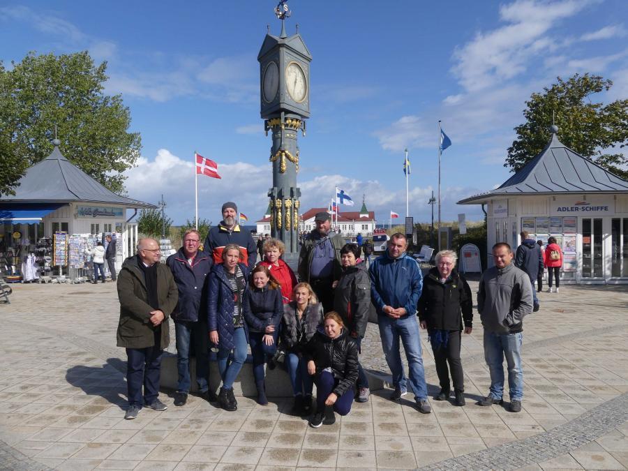 Gruppenfoto vor der historischen Uhr in Ahlbeck