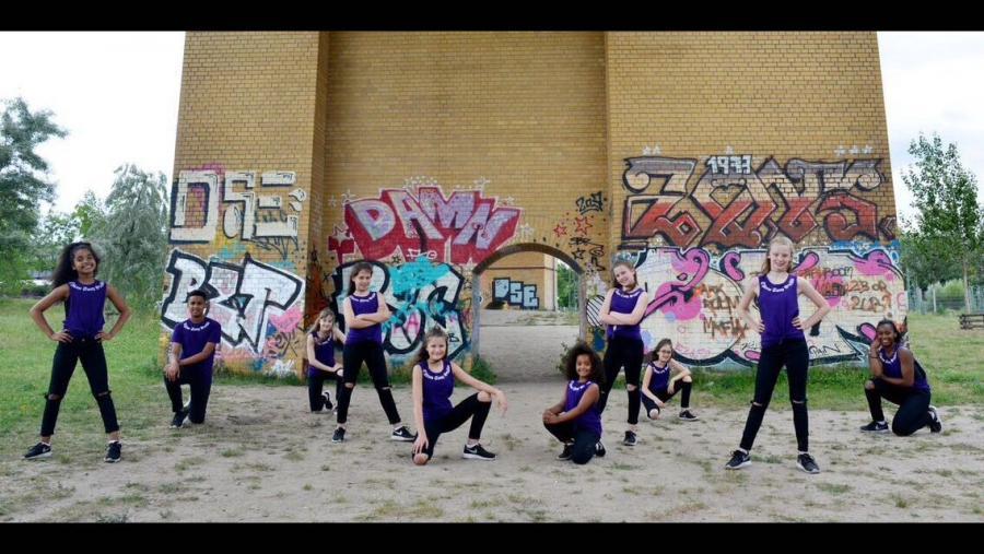 Gruppenfoto vor Graffiti