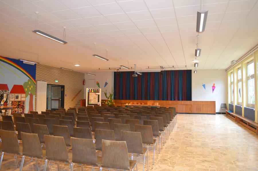 Pausenhalle mit Bühne