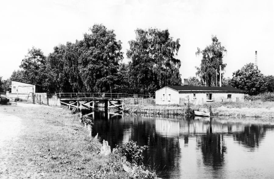 Der Hafen mit der alten Brücke und dem Wohnhaus von Käthe Dieckmann, Juni 1979