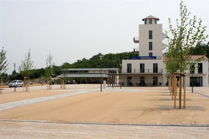 die Marina Mücheln mit Hafenturm und Piergebäude