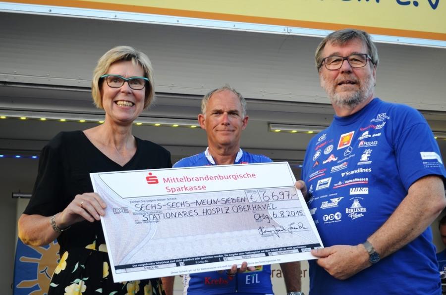 Bürgermeister Hans-Joachim Laesicke (rechts) übergibt die Spenden an Bernadette Kollatz vom Oberhavel Hospiz und an Helmut Rohde von der Hanse-Tour Sonnenschein