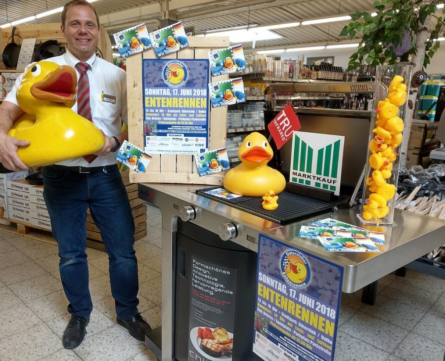 Gesponsert von Marktkauf Gütersloh: Marktleiter Andreas Allard präsentiert den Hauptpreis, eine Grill-Gas-Küche, im Wert von knapp 1300 Euro.