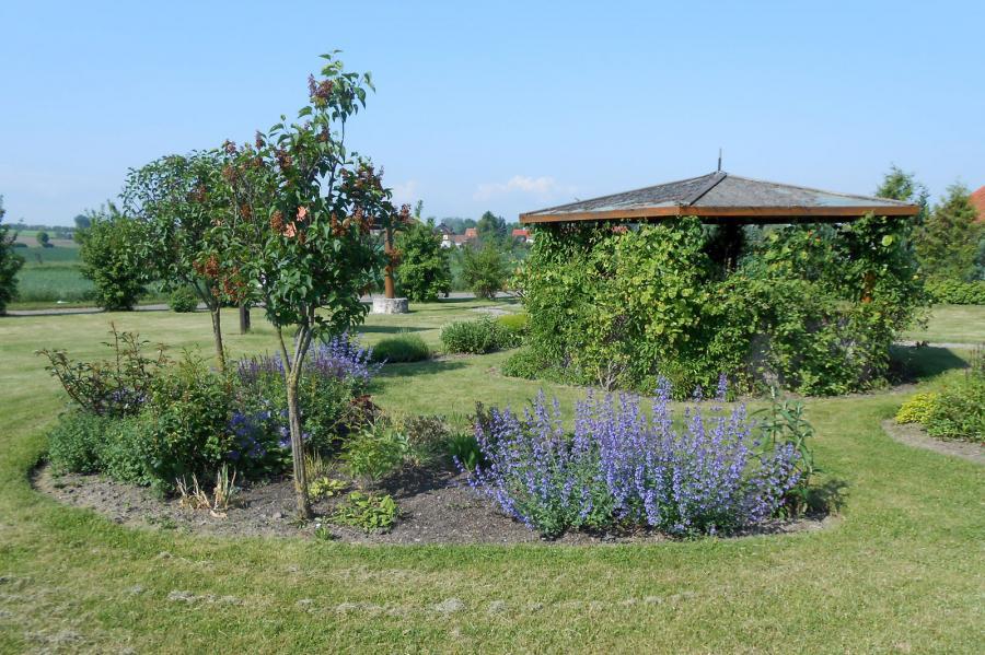 Blumenbeet mit Pavillon