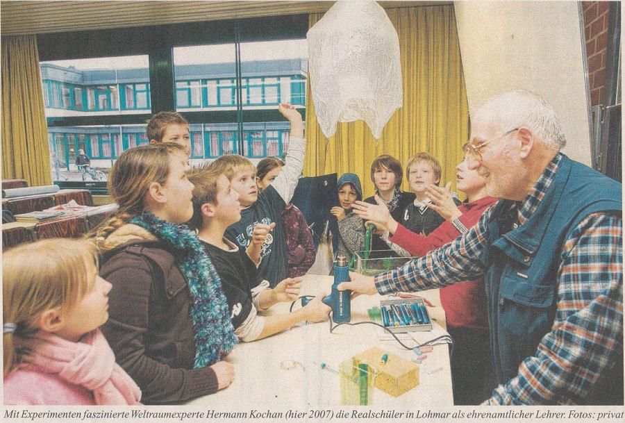 Mit Experimenten faszinierte Hermann Kochan (hier 2007) die Realschüler in Lohmar als ehrenamtlicher Lehrer
