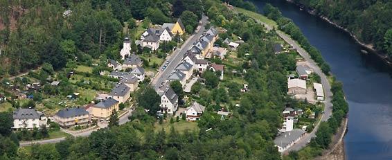 """Blick auf die """"Preßwitzer Straße"""" in Hohenwarte und die Saale"""