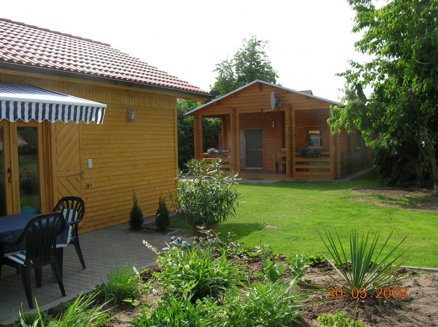Holzhäuser mit Wiese
