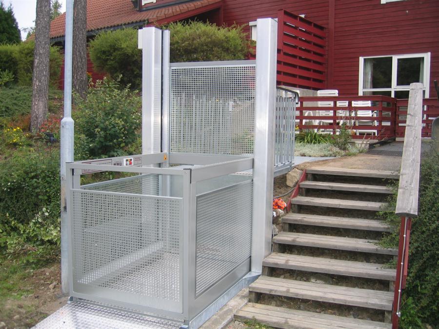 Die Hublifte PL 8 sind auch ideal geeignet zur Installation an der Außentreppe