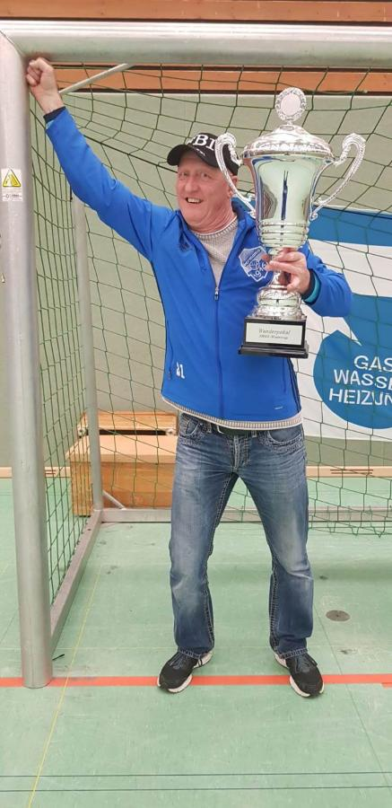 III. Herren - Dienstältester Spieler Hanjo Rochelmeyer nahm den Siegerpokal entgegen