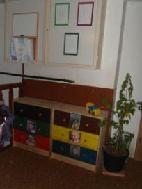 Im Garderobenbereich hat jedes Kind sein Fach in seiner Farbe, so findet jeder schnell seine Sachen.