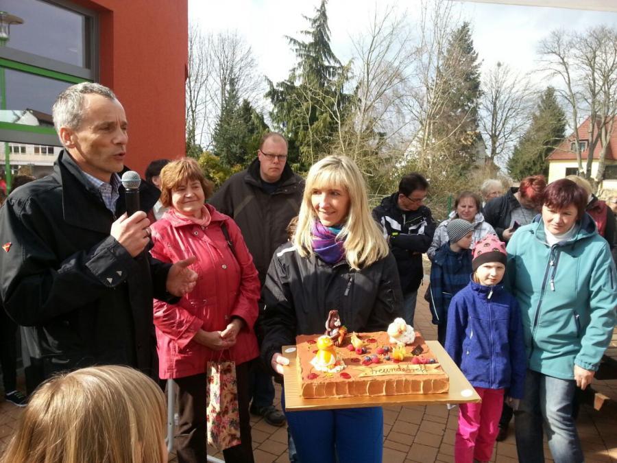Bürgermeisterworte mit Übergabe der Torte von Bäckerei Klinkmüller