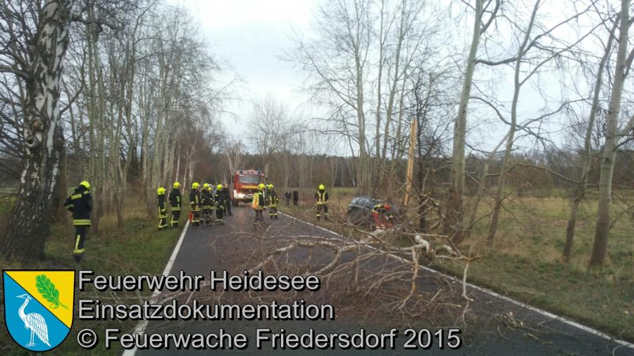 Einsatz 172/2015 | PKW gegen Baum | K6152 | 20.12.2015