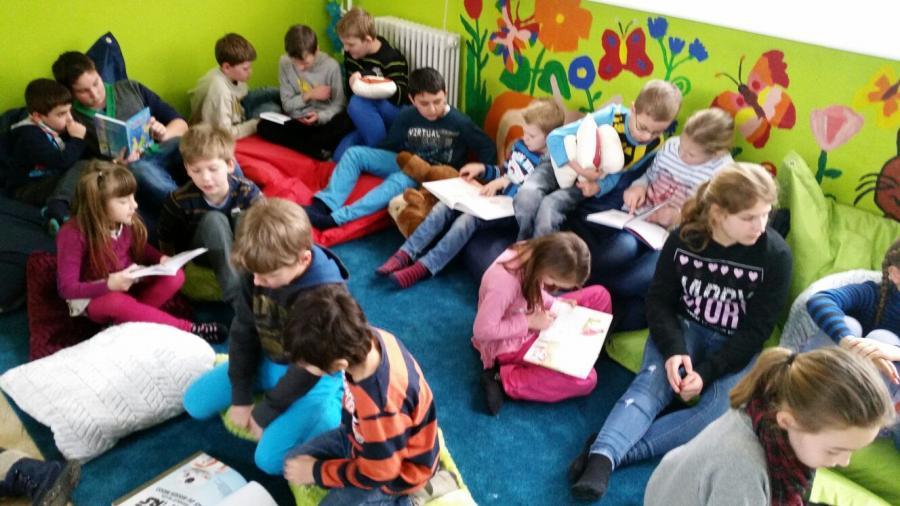 Schüler der 5a lesen mit Kindern aus der 2b