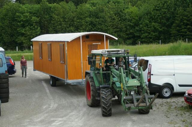 Traktor mit Bauwagen