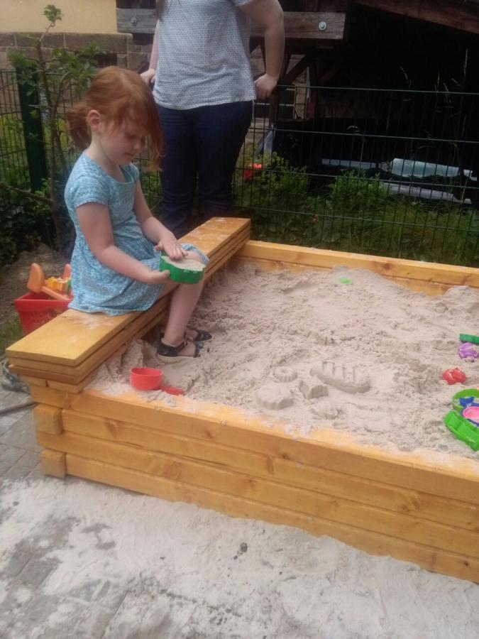 Der neue Sandkasten ist gefüllt.