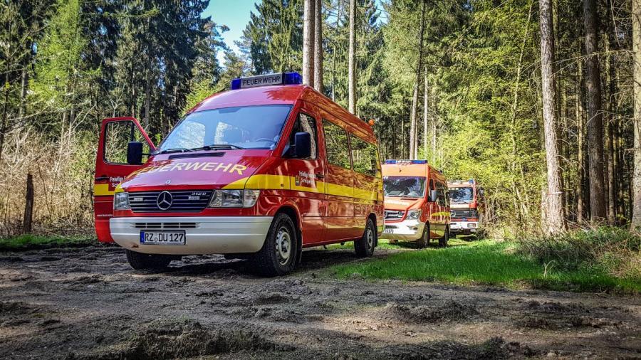 2018-04-21 Einsatzfahrzeuge im Wald 1