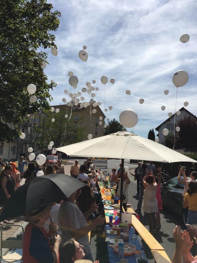 Bild zeigt wie die Luftballons steigen gelassen werden
