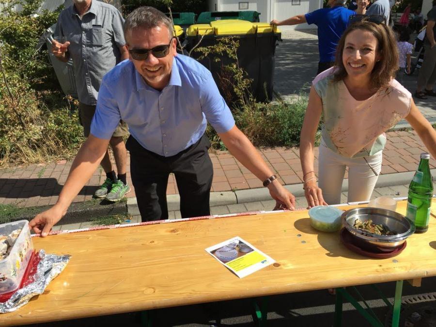 Bild zeigt unter Anderem Bürgermeisterin Monika Böttcher beim Ausmessen der Länge der Tafel
