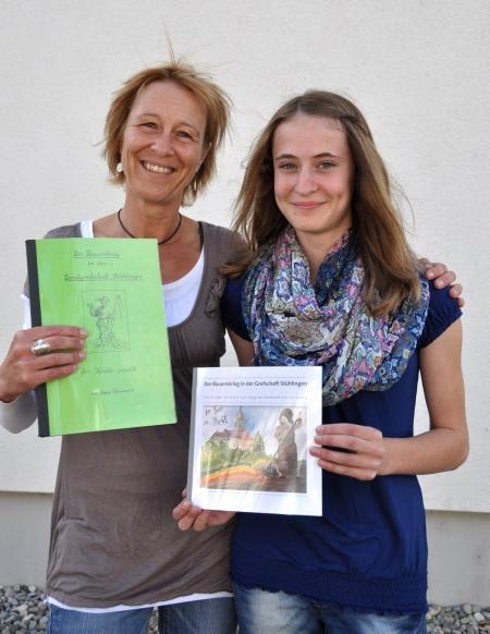 Susanne Bächle, Leiterin der Theater AG der Stühlinger Schulen zusammen mit Madeleine Merz, Klasse RS 8c, die das Titelbild gemalt hat