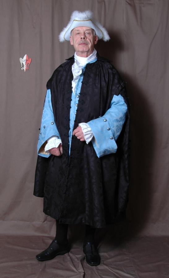 Domherrenmantel und Justeaucorps mit Rüschenhemd, Halsbinde und Kniehose