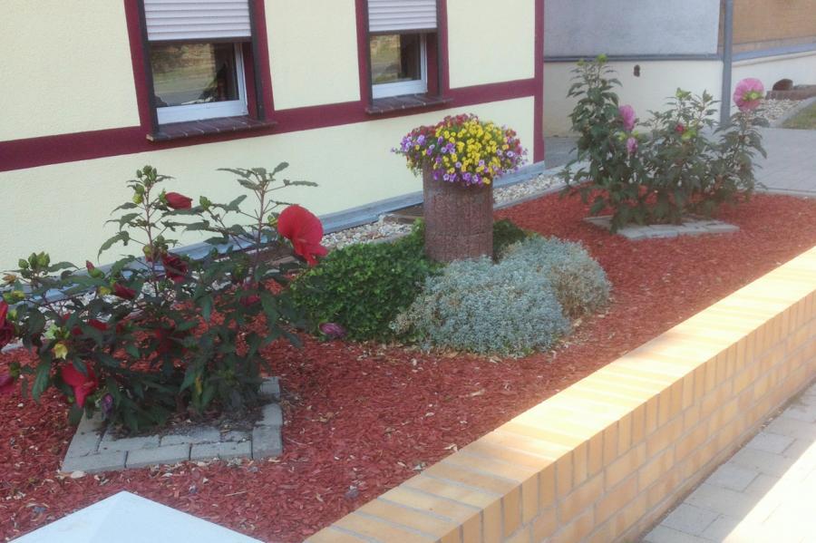 Vorgarten in der Bahnhofstraße 7 in Neupetershain (Foto: Bianka Mietzner)
