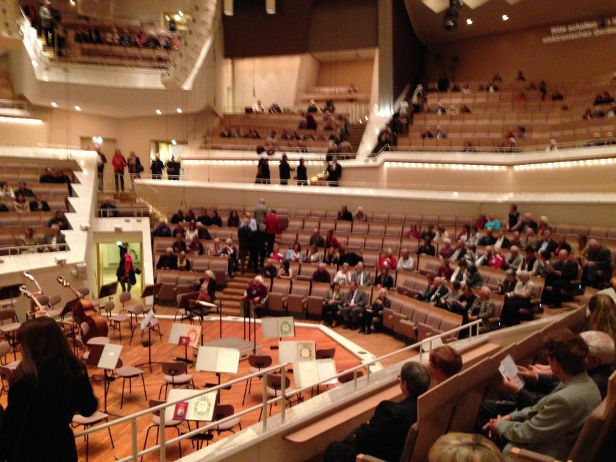 Wir sind - wie immer - rechtzeitig im Konzertsaal