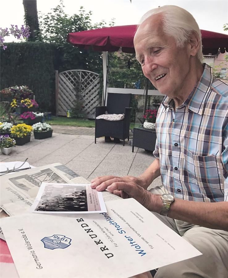 Walter Stadtländer wurde 2018 für 70-jährige Vereinstreue von Germania Walsrode geehrt. Der Bäckermeister im Ruhestand erinnerte sich im heimischen Garten für die WZ an die Wiedereinweihung des Grünenthal-Stadions 1949, die er als 14-jähriger Junge miterlebte. ho