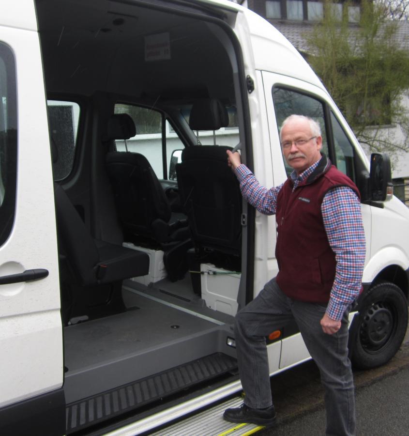 Bürgerbus-Fahrer Wolfgang Bergemann demonstriert den bequemen Einstieg in den Bus bei abgesenkter Trittistufe