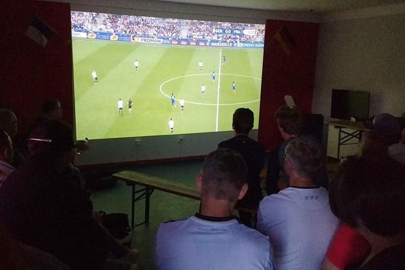 Im Jugenclub Leuchtturm fieberten die deutsch-französischen Freunde mit ihren Teams im Halbfinale mit.
