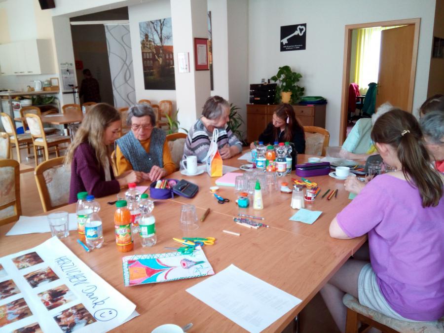 Schülerinnen der 6a zeichneten und bastelten mit den Senioren