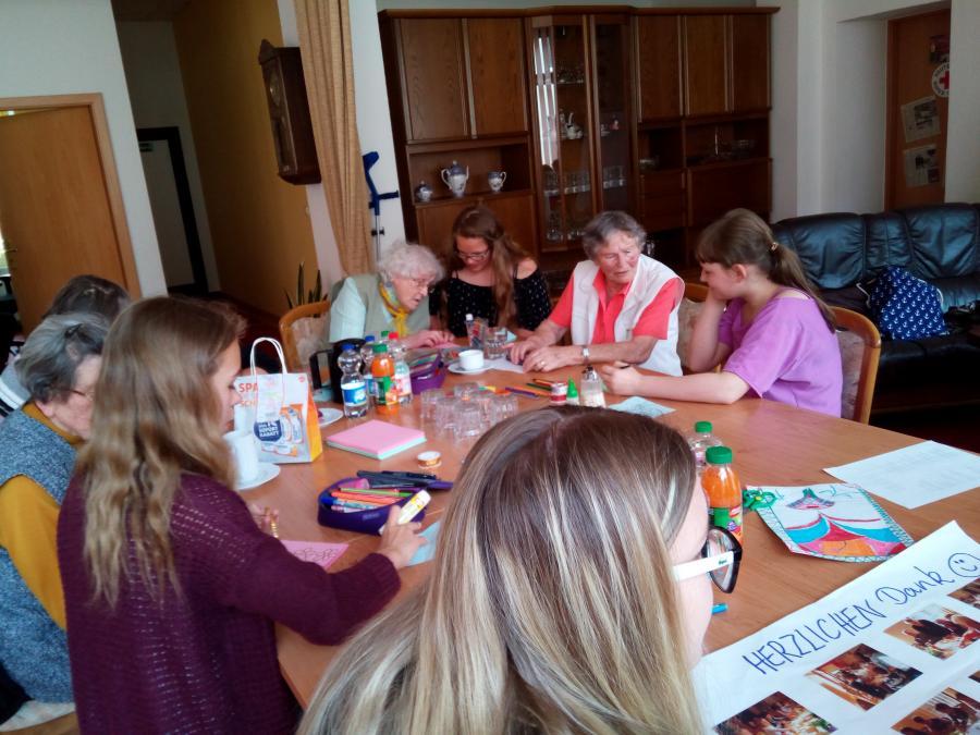 Schülerinnen der 6a spielten mit den Senioren ein neues Spiel