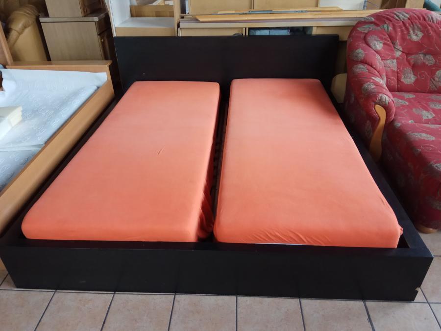 Doppelbett mit Lattenrosten und Matratzen