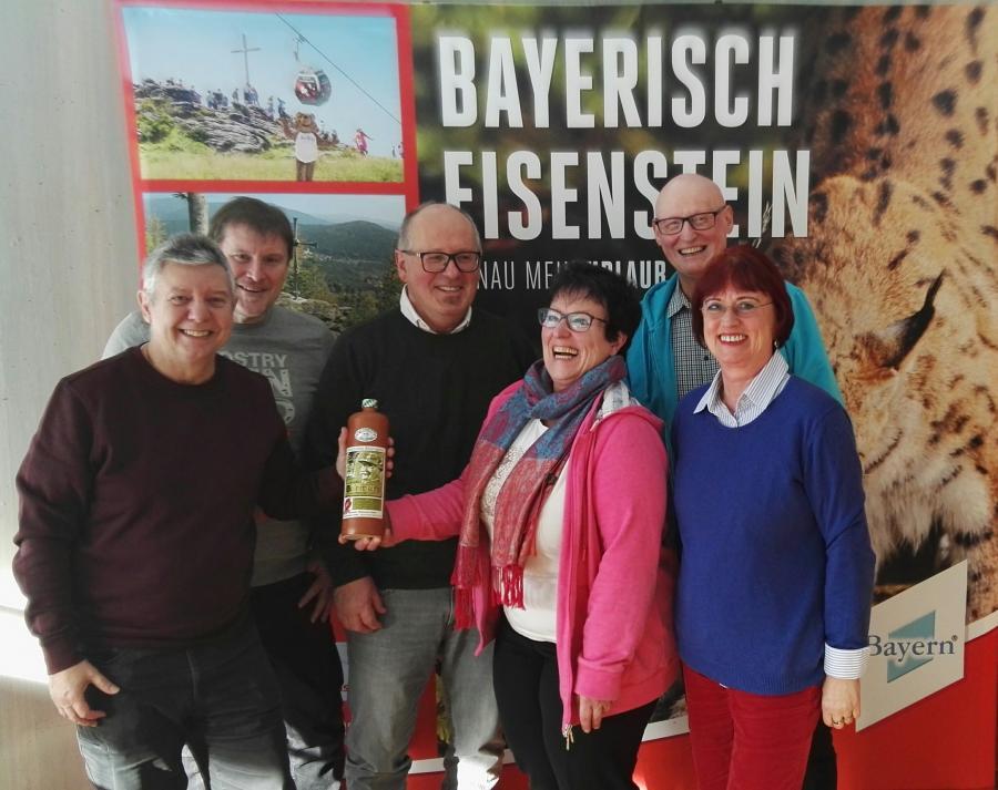 Familie Scholz, Herr Lindemann und Herr Kolb mit den Gastgebern Seitz