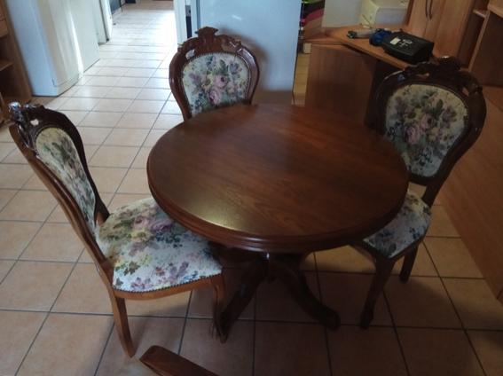 runder Tisch mit drei Stühlen