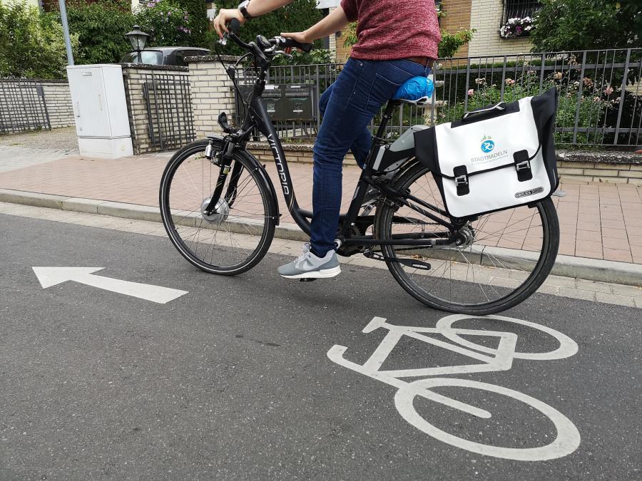 Bild zeigt einen Fahrradfahrer auf einem gut gekennzeichneten Fahrradweg; Bildrechte: Stadt Maintal