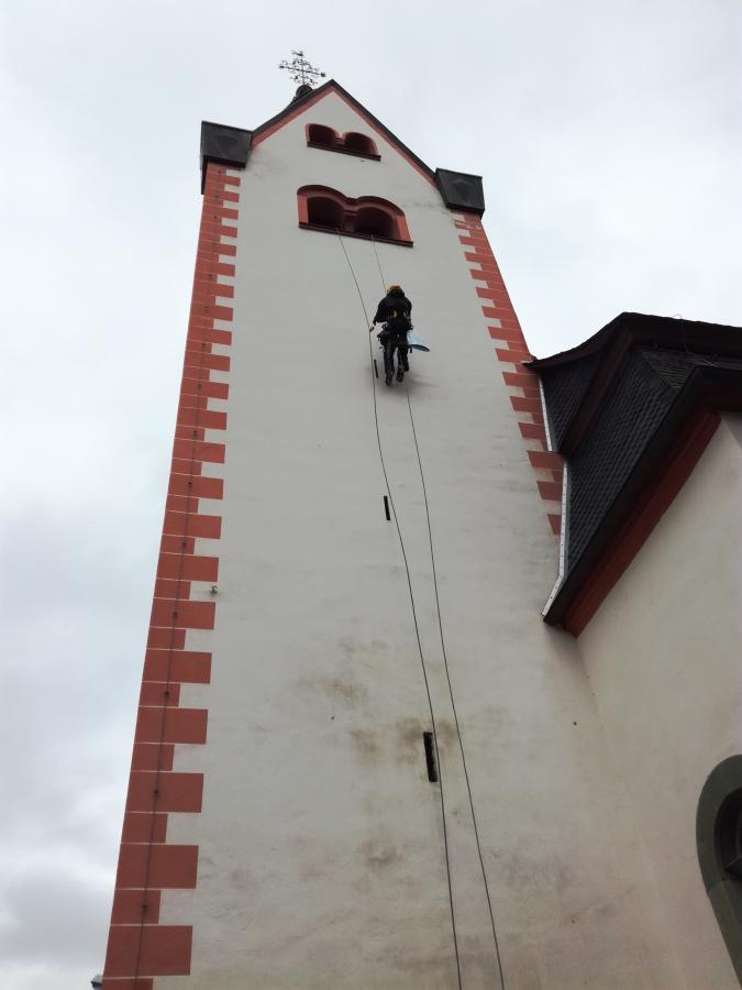 Kletterer am Kirchtrum