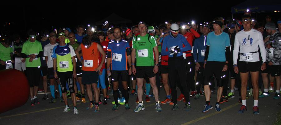 Start in die Nacht: Der spätere Sieger Leandro Anton (Startnummer 4) auf der 11 km Distanz