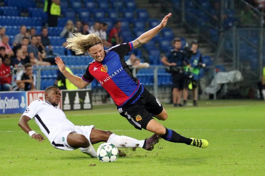 Packende Szene aus der Champions-League - die aktuellen Sportphotos gibt es auf www.johapress.de