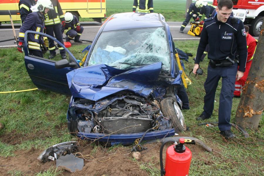 Schwerer Verkehrsunfall mit eingeklemmter Person auf der B166