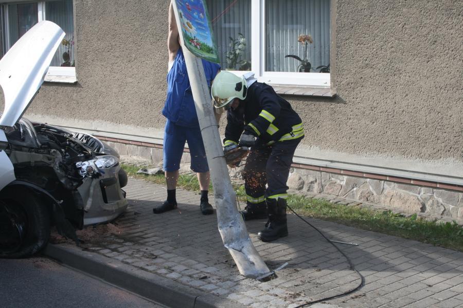 PKW gegen Laterne in Gramzow
