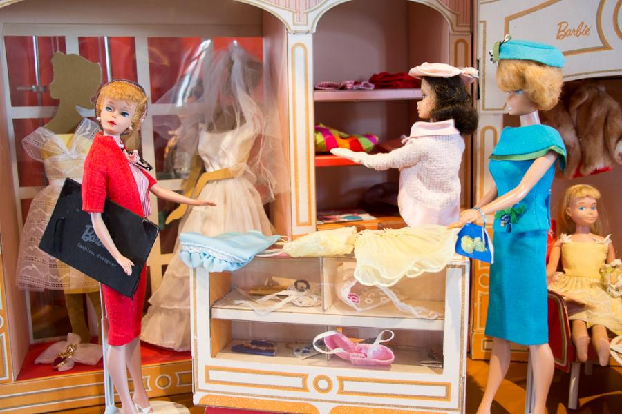 SoA Busy Girl - Barbie-Puppe als Designerin im Modegeschäft_Foto: Museum OSL