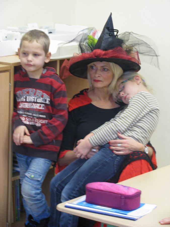 Die Märchenhexe mit erschöpften Kindern