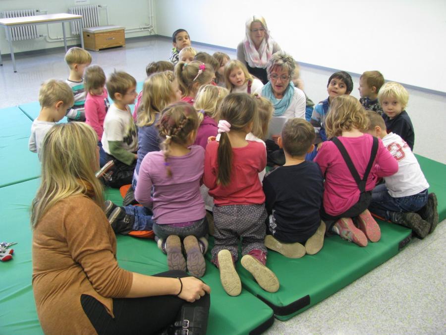 Frau Lippke liest Kita-Kindern von den Olchis vor