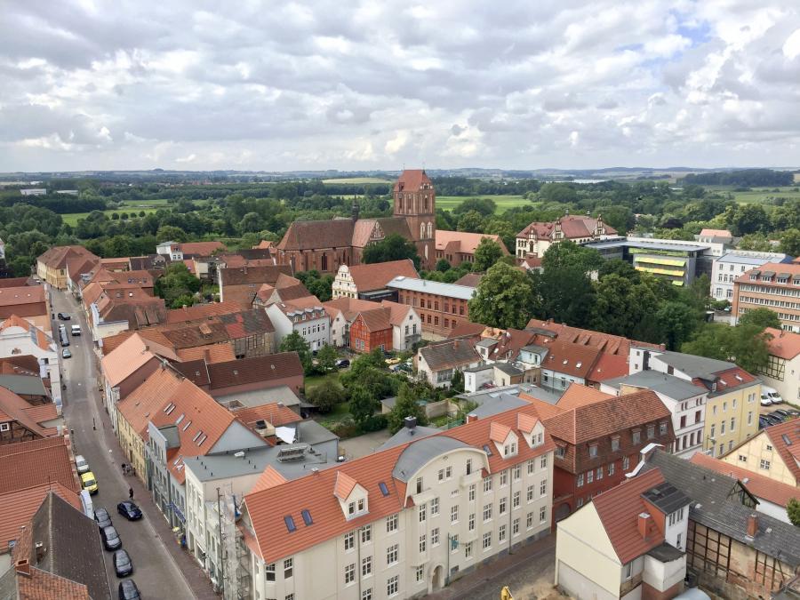 Dieses Foto haben wir während eines Ausfluges in der Barlachstadt Güstrow vom Turm der Pfarrkirche St. Marien aufgenommen.