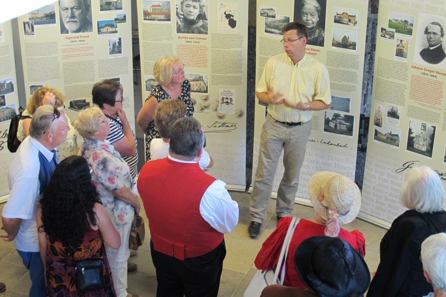Dr. Wolfgang Schwarz mit vielen interessierten Zuhörern bei der Ausstellungseröffnung