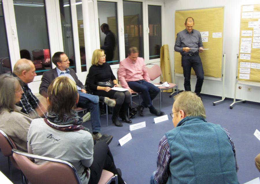 Foto zeigt die Teilnehmenden beim 3. Workshop, sie erarbeiten die Eckdaten für eine neue Anerkennungskultur in Maintal
