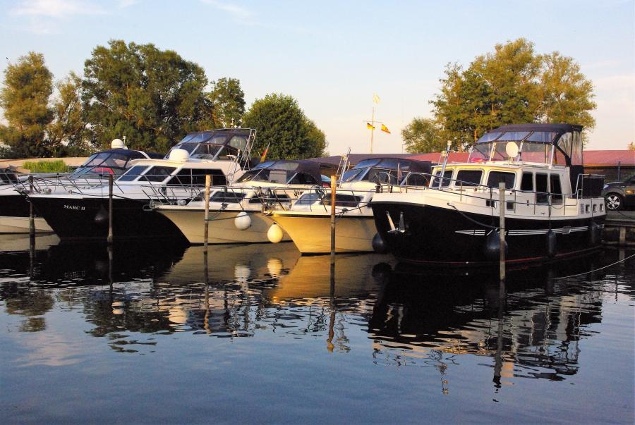 Liegeplätze Marina und Segelschule