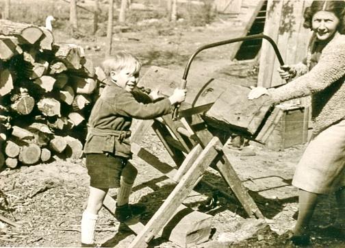 Immo und Tante Anni (aus Berlin) beim Brennholzsägen 1947