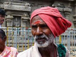 Indien: Pilger im Tempel